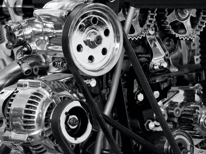 motor e outras autopeças em foto preto e branco
