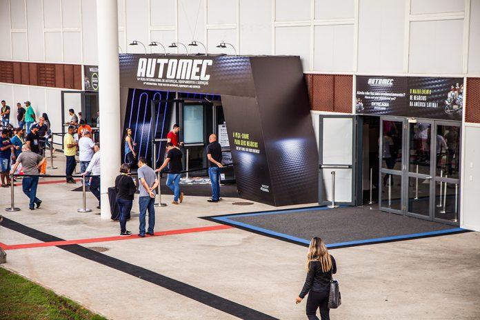 Entrada da Automec dentro do São Paulo Expo, com túnel em tom azul escuro com a palavra Automec escrito em branco em sua entrada.